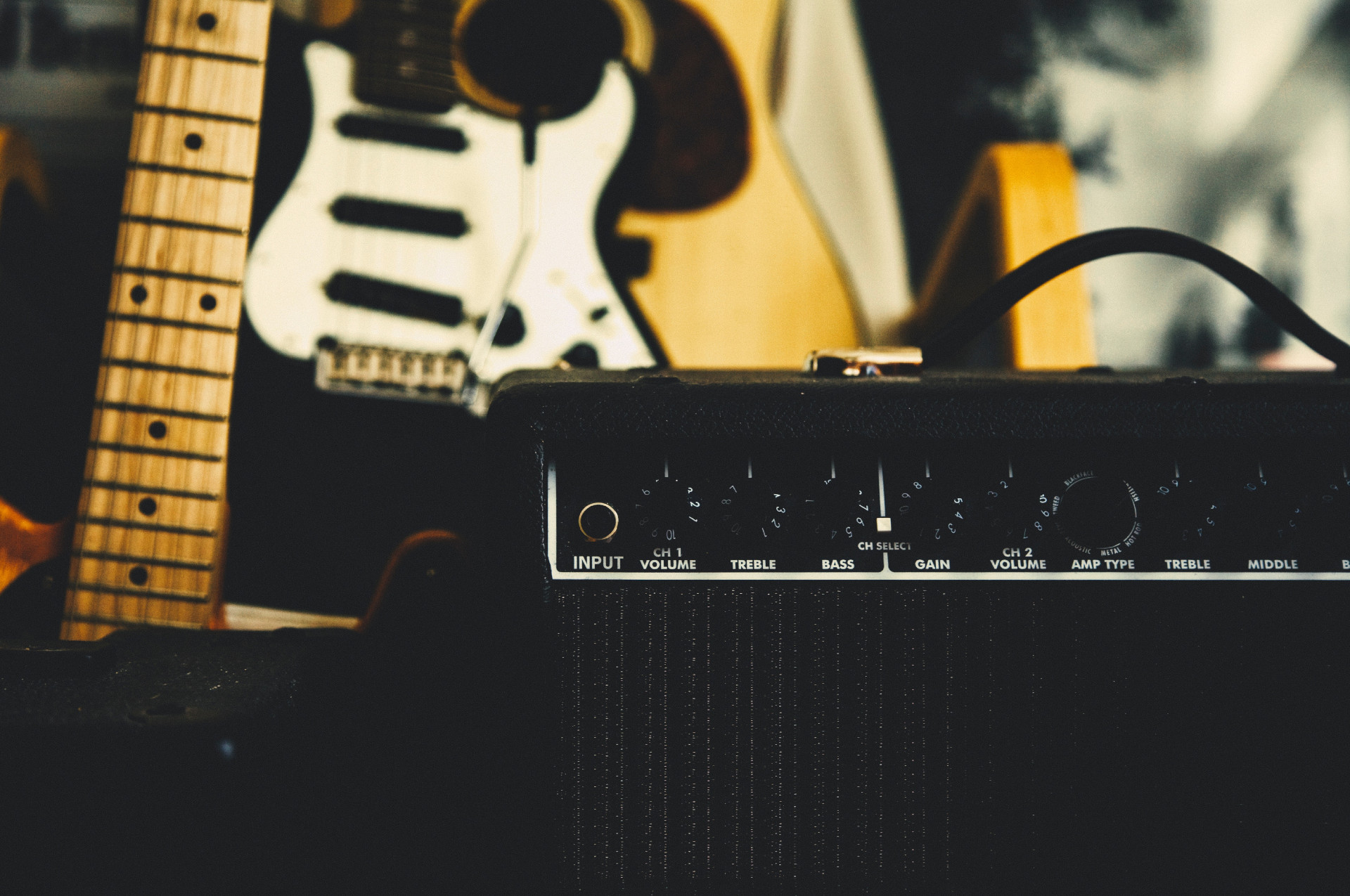 Amp mit Gitarren im Hintergrund