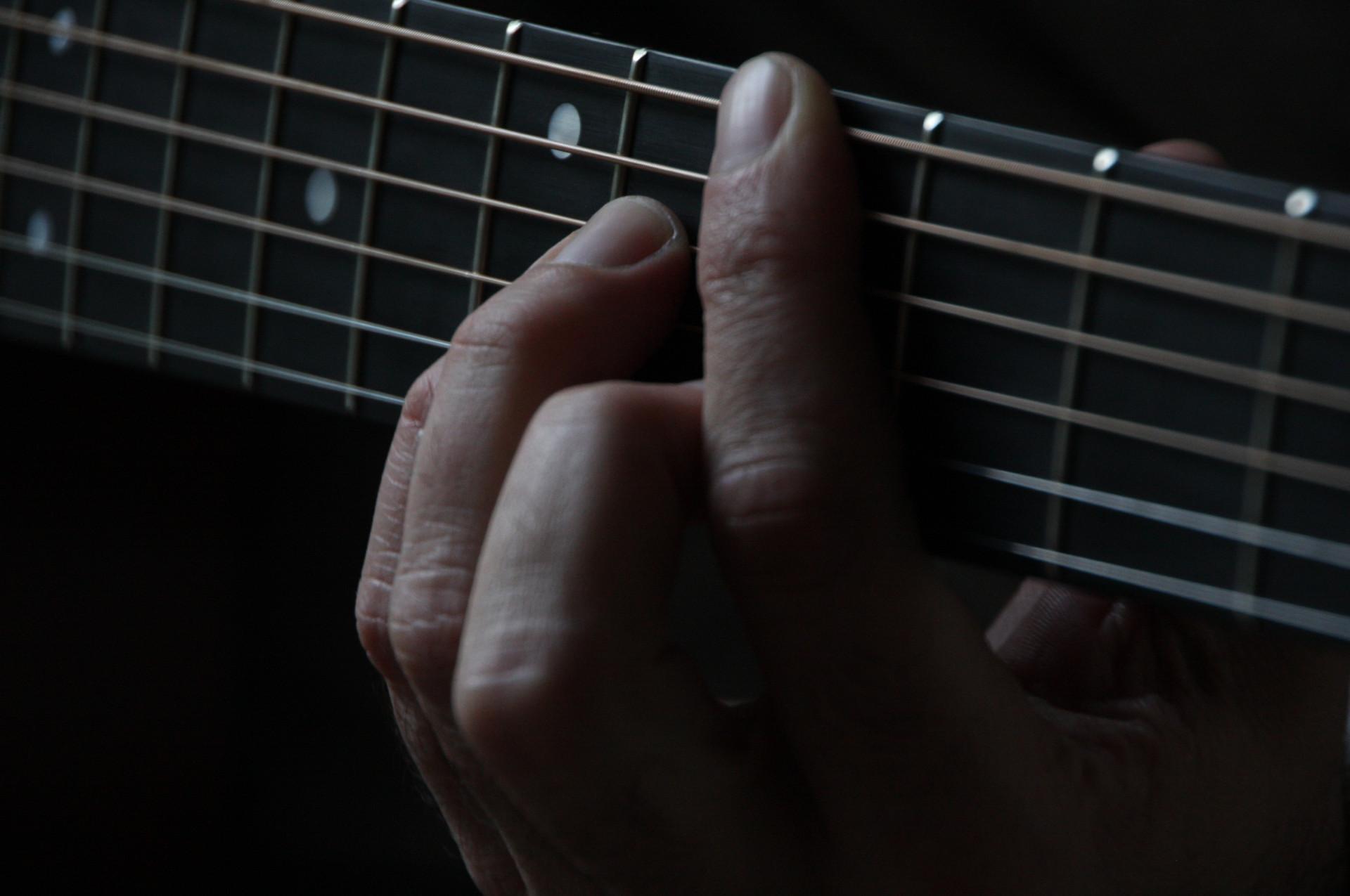 Hand am Gitarrengriffbrett